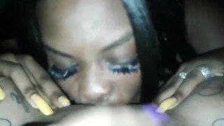 Чернокожая шлюшка с синим макияжем дает точку зрения возбужденному партнеру, пока у нее не будет сочного самодельного оргазма