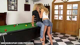 Показана задница юной блондинки, которая является младенцем, пока она лижет киску и целует задницу в лесбийском экшене «девушка с девушкой» европейских подростков.