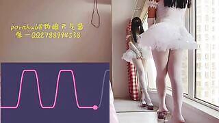 Tam je veřejná masturbace a stříkání od sissy crossdresser, protože asijský crossdresser používá dálkový ovladač k masturbaci.