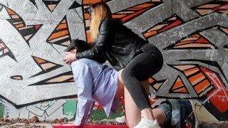 المراهق الذي يعجبه بقسوة هو شاب في الخارج في مقطع فيديو حيث تقوم الفتاة بإمساك رجل وتظهر له هزة الجماع في البروستاتا.