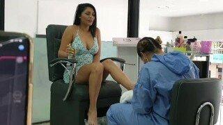 Мартина Смит трахнута в салоне с использованием Lovense Lush. Ее парень трахает ее этим Lovense Lush, пока она не брызжет соком из киски.