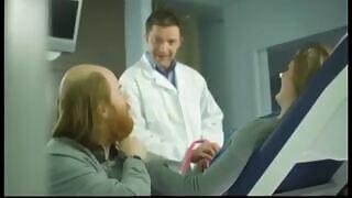 Сексуальная беременная милфа-блондинка встречает возбужденного доктора в кабинете для осмотра, который засовывает свой член в ее киску, пока ее муж наблюдает.