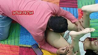 يتم إغراء مراهقة هندية سمراء سمراء بالكاد تتمتع بجسم مناسب تمامًا على سريرها من قبل شقيقها الذي يمارس الجنس معها في كس.